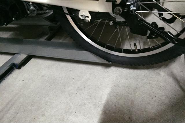 ビッケ MOBの後輪は駐輪場のレールの長さが足りず、すこしはみ出る。