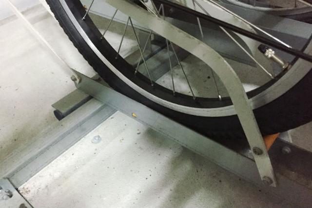 ビッケ MOBの前輪は駐輪場のレールに入った。