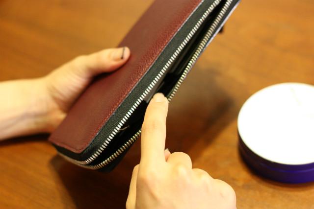 ニベアを指に少量とり、壊れた財布のファスナーに塗り込む