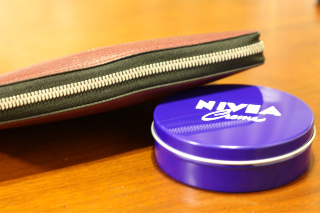 急に閉まらなくなった財布のファスナー。ニベアを塗り込んだら直った
