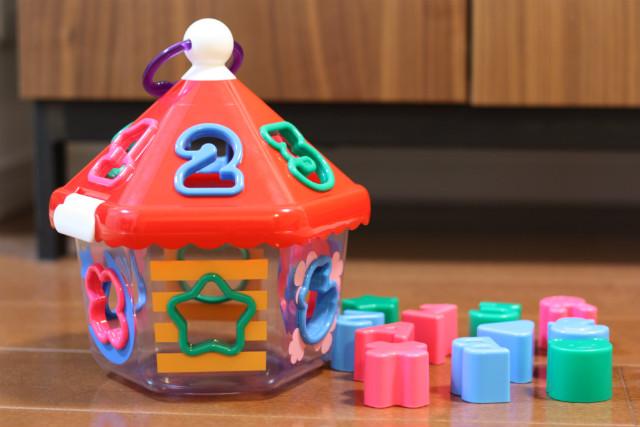 2歳の娘が毎日遊ぶ。数字とアルファベットも覚えられるおすすめ知育玩具「おうちのパズル」