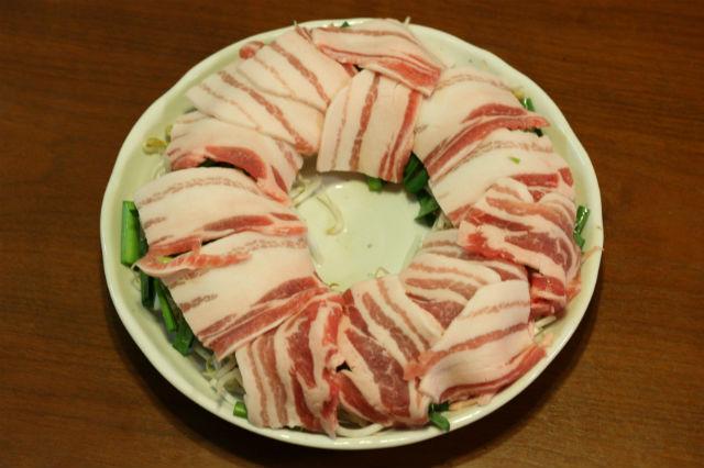 にらともやしと豚バラのレンチンの作り方:豚バラ肉をならべる