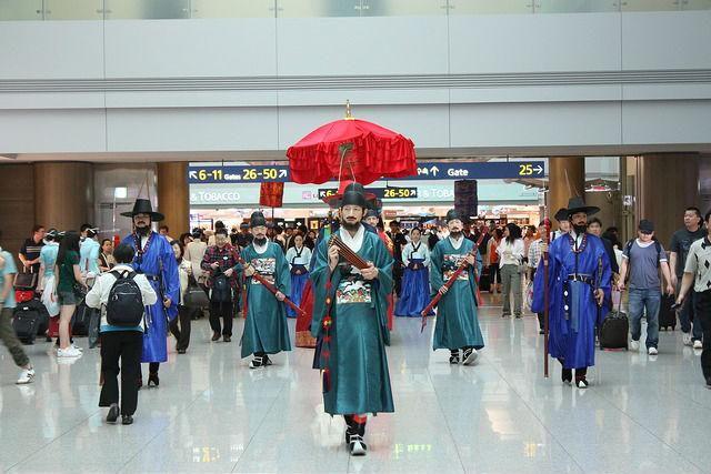 仁川空港を練り歩く民族衣装の人たち
