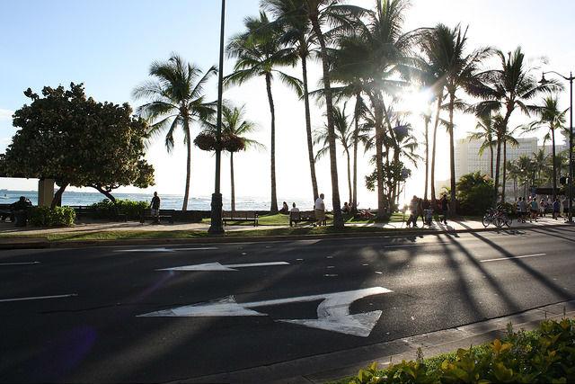 ハワイの大通りと海