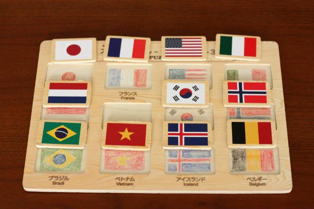 100均(ダイソー)の木製パズル-国旗-を一工夫。型に国旗の絵を描く