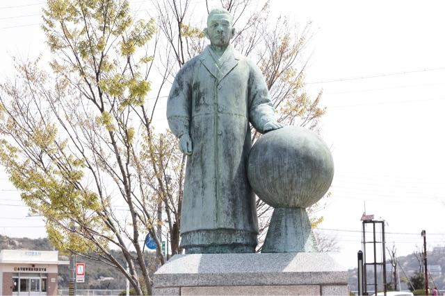 鳥羽駅前・真珠王ミキモト像